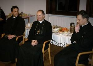ks. bp Bernard Fellay wraz z księżmi Karolem Stehlinem i Janem Jenkinsem podczas spotkania z wiernymi w przeoracie FSSPX w Bajerzu.