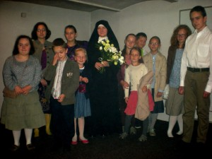 S. Hildegarda z grupą dzieci i młodzieży uczestniczących w katechezie po niedzielnej Mszy św.
