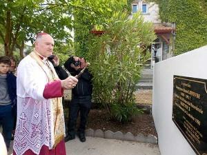 Bp Bernard Fellay święci tablicę upamiętniającą wizytę abp. Lefebvre'a w szkole św. Michała Garicoïtsa