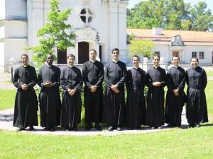 Kandydaci do święceń kapłańskich z seminarium FSSPX w La Reja (od lewej: )
