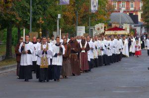 W niedzielę 23 października pielgrzymi udają się do bazyliki na Mszę św.
