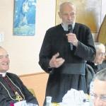 Ks. Marziac przemawia podczas spotkania w Domu św. Ignacego w Lourdes