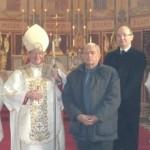 ks. prał. Keith Newton z Robertem Mercerem i świadkiem jego bierzmowania przed ołtarzem kościoła św. Agaty w Portsmouth