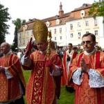 Bp Bernard Fellay w asyście księży F. Schmidbergera i K. Stehlina