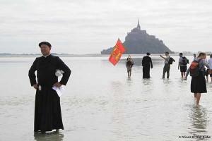 Ks. F. Nanssenet i pielgrzymi z Gavrus przeprawiają się na Mont Saint Michel
