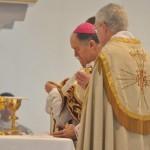 Bp. Bernard Fellay sprawuje pontyfikalną Mszę św. ku czci św. Józefa