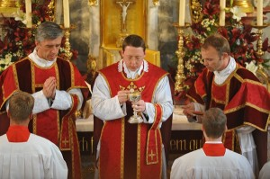 Ks. Krzysztof Gołębiewski FSSPX celebruje Mszę w Göffingen