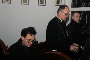 ks. bp Fellay wraz z ks. K. Stehlinem w ławach kaplicy pw. Chrystusa Króla