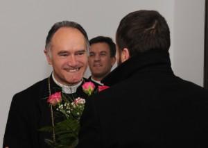Powitanie Księdza Biskupa przez wiernych w budynku przeoratu