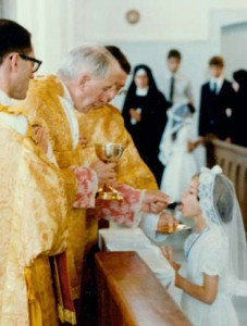 Abp Lefebvre udziela podczas uroczystości Pierwszej Komunii św. w St. Marys w Kansas