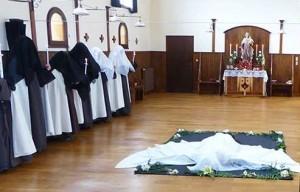Nowicjuszka dokonuje prostracji w chórze panien klasztoru w Eynesse