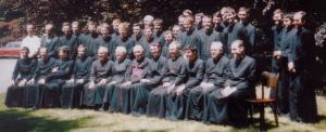 Pamiątkowa fotografia wykonana po uroczystościach święceń w seminarium w Ridgefield w 1985 r.