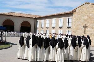 Bp Fellay z asystą liturgiczną w otoczeniu sióstr dominikanek