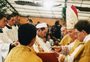 Ks. B. Fellay FSSPX przyjmuje świecenia episkopatu z rąk abp. M. Lefebvre'a