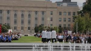 """Wynagradzające nabożeństwo różańcowe przed budynkiem Civic Center Music Hall w Oklahoma City, gdzie miała miejsce """"czarna msza"""""""