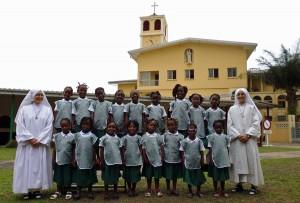 Siostry FSSPX i ich uczennice przed budynkiem misji w Libreville