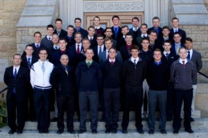 Przedseminarzyści i przyszli bracia FSSPX przed seminarium Bractwa w Winonie